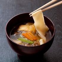 【ご夕食一例】 名月荘特製手打ちうどん。リピーターのお客様の定番になっています。
