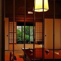 【客室Fタイプ「柊」】 柊の本間は昔のままの姿で移築されてきました。どこか懐かしい日本間です。