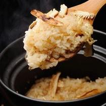 【ご夕食一例】 松茸ごはんは、秋の味覚の代名詞。松茸の香りをまとったご飯の味わいはたまりません。