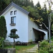 【お蔵ギャラリー】 当館名物のムーンライトコンサートはこちらで。伝統的な味わい深い建物。