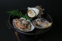 旬の貝を陶板焼きで