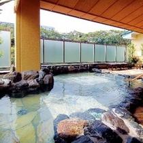 【湯めみの庭】岩風呂 心地よい風を感じながらの湯あみを。