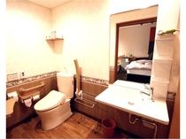 ツインルームの身障者対応洗面トイレ。