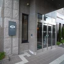 ホテル正面玄関◇防犯上24時で施錠しますがインターフォンで直ぐに対応いたします。