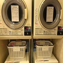 男性大浴場コインランドリー◇男性大浴場脱衣所に各2台ございます。洗濯機200円、乾燥機30分100円