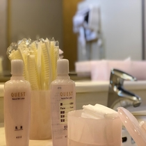 女性洗面所アメニティ◇ブラシ、コットン、綿棒、乳液、化粧水をご用意しております。