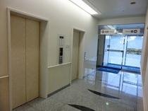 フロント脇 エレベーターより客室へ