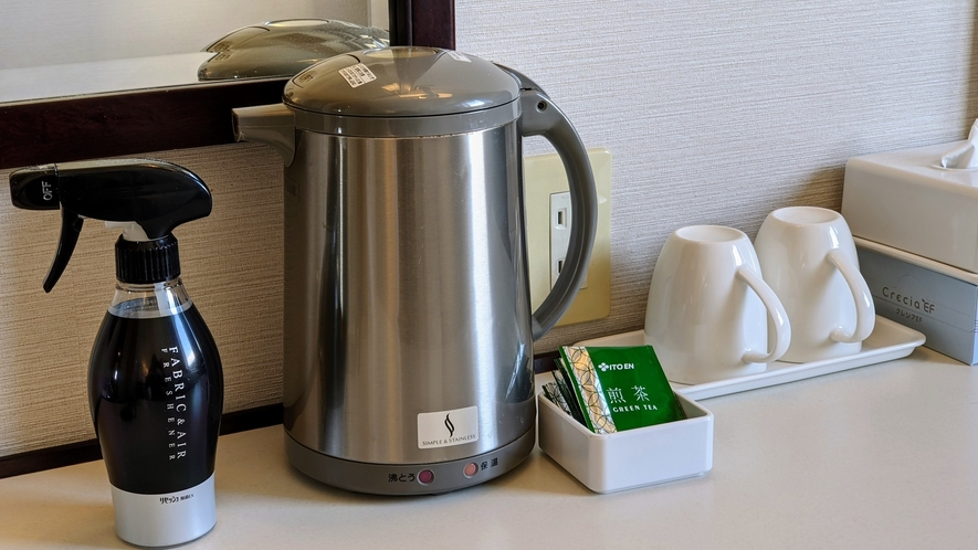 【電気ポット、お茶、マグカップ、消臭剤】