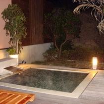月の光を浴びながら露天風呂をお楽しみください
