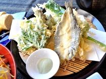 【夕食一例/おもてなしプラン】地元の山菜とやまめを使った天ぷら。