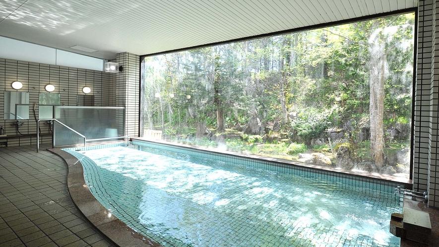【浴場】四季の変化を楽しめる美しい中庭。日々の疲れが癒されます。