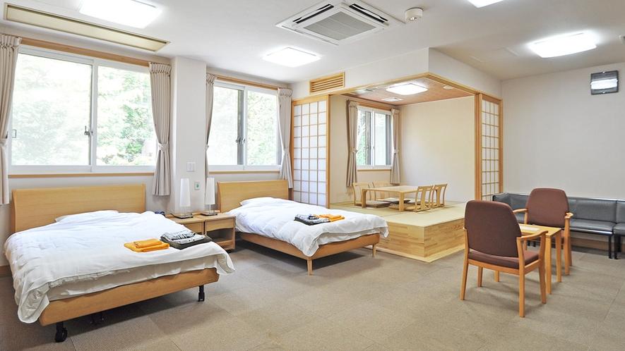 【客室/バリアフリー和洋室】電動ベッドを完備した広々としたお部屋です。