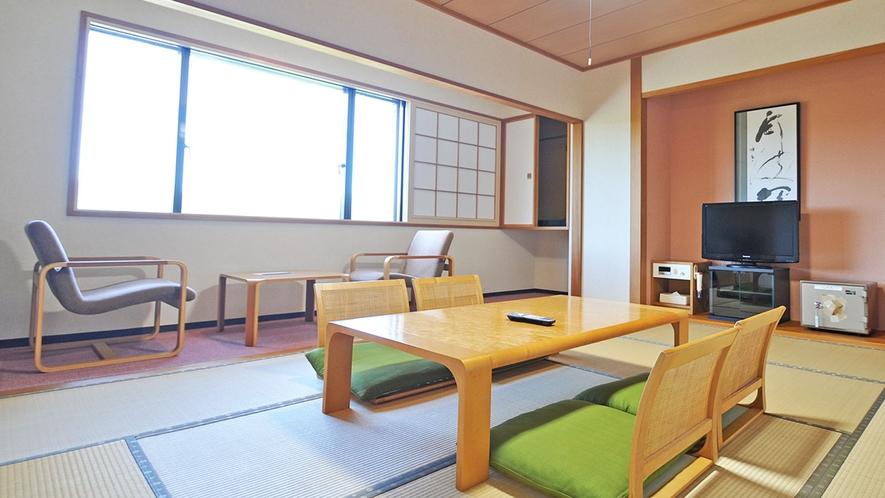 【客室/特別和洋室】寝室の横には広めの和室があります。