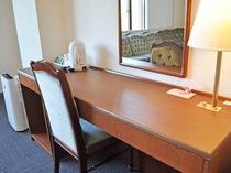 【客室/特別洋室】広めのデスクがあり便利です。