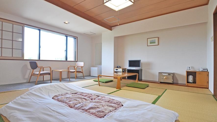 【客室/和室12畳】家族連れやグループ旅行に最適。最大5名様まで利用可能です。