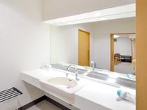 【客室/バリアフリー和洋室】車いすでも利用しやすい広めの洗面台。