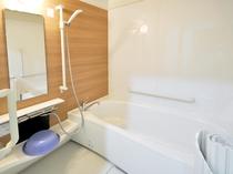 【客室/バリアフリー和洋室】広々とご利用いただける浴室。