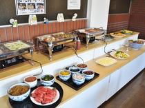 【朝食一例】バイキング式の朝食。種類豊富に取り揃えております。