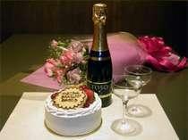 お祝いのケーキとスパークリングワイン