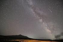 風景画前の星空と斜里岳