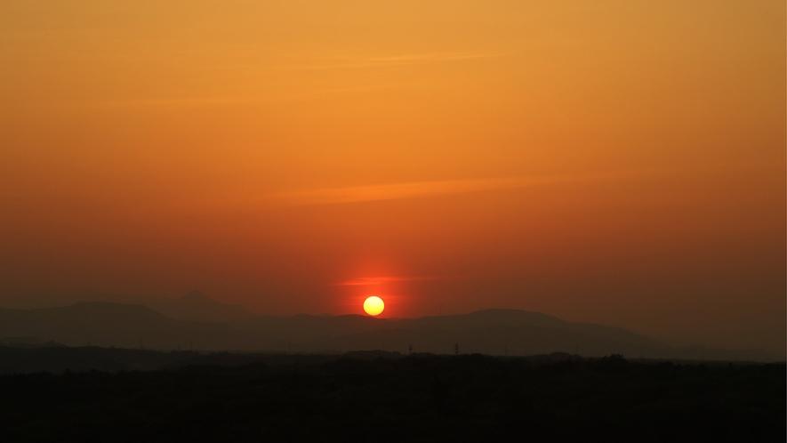ホテルヘリテイジ西側客室から秩父山系に沈む夕日