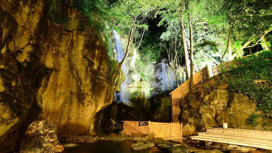 夜の混浴大露天風呂 ライトアップされた滝が幻想的。
