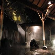 【露天風呂】夜の四季の湯温泉。立ち上る.
