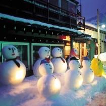 日本最大【白峰雪だるま祭り】夕闇に染まる頃、町中の雪だるまがライトアップされ、辺り一面が幻想的に!