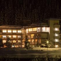 冬は温かなあかりを灯す老舗旅館「ホテル八鵬」