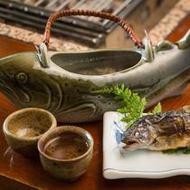 八鵬名物【岩魚の骨酒】香ばしい香りと岩魚の旨みが口の中いっぱいに広がります♪
