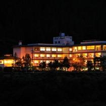 白山麓の渓谷に佇む旅館。白山麓を流れる手取川のほとり、穏やかな時間が流れる場所。
