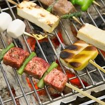地元食材を味わえる白山炭火焼。堅豆腐、お揚げ、お肉や野菜をお好みで焼き上げ、秘伝のたれでどうぞ!