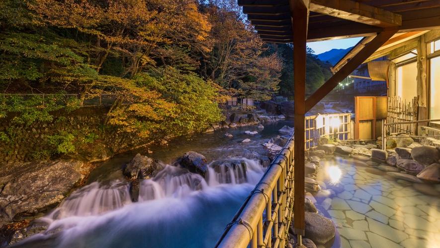 ・対岸の紅葉が美しい秋の露天風呂