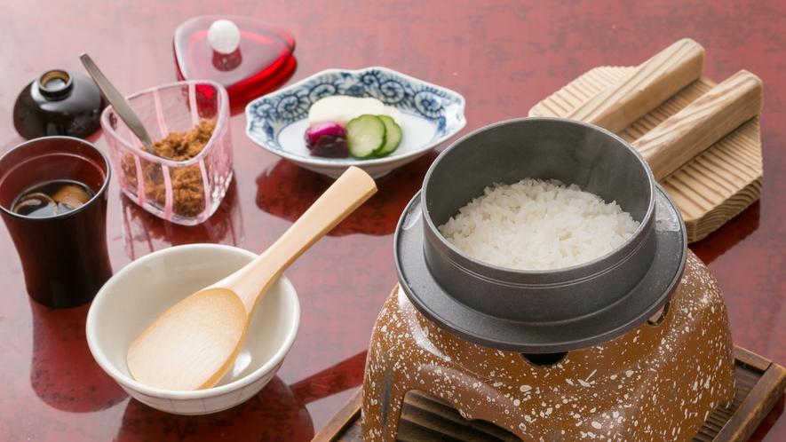 ・地元米を釜炊きで、ふっくらつやつや。自家製ふりかけもどうぞ。