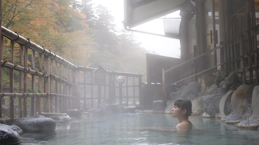 ・露天風呂からは間近に迫る清流や星空を眺められます