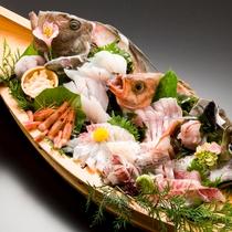 【料理一例】日本海で獲れた新鮮な海の幸はやはり刺身。船盛で見た目も豪華にご用意します