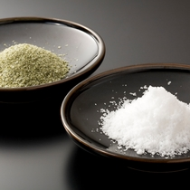 【素材一例】琴引きの塩。不純物の少ない海としても有名な琴引浜で作られた塩を用いてます