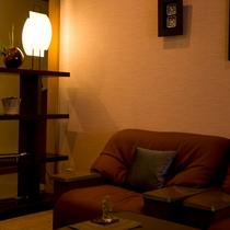 【館内】温もり感のあるライトと、民芸調の家具。心からくつろぎのひと時を