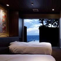 【離れ 季音庵 風乃音(かぜのね) ベッドルーム】空と海の青さが心地よい目覚めの朝を