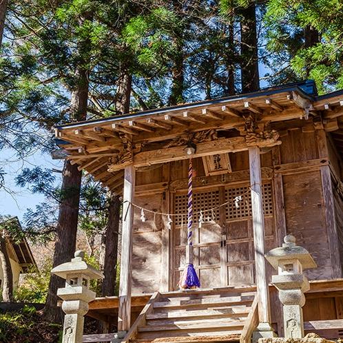 そばに佇む湯泉神社