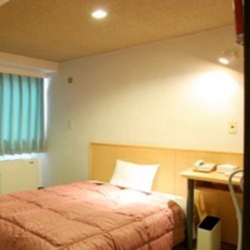 【ダブル】12m2のお部屋に140cm幅のダブルサイズベッド。カップル様におすすめです。