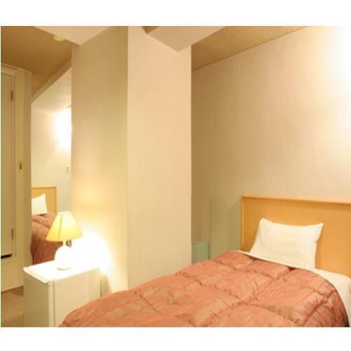 【ツイン】100cm幅のシングルサイズベッドが2台のお部屋。ベッドはL字型に配置されています。