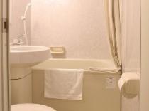 【バスルーム】大きめサイズに全室リニューアル済です。