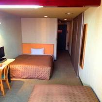 【サービスツイン】130㎝幅のセミダブルベッドとシングルサイズベッドのお部屋