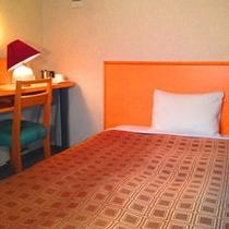 【デラックスシングル】18㎡のツイン仕様のお部屋に130㎝幅のセミダブルベッドをご用意しています。