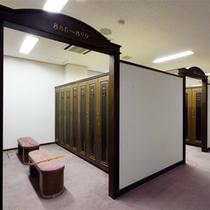 *ゴルフクラブハウス更衣室/男女共に広々としたスペースを確保。