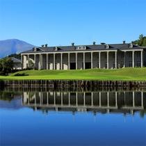 *外観/美しい緑と青の景色に包まれる宮殿のようなホテル。背後には浅間山の迫力の眺め!