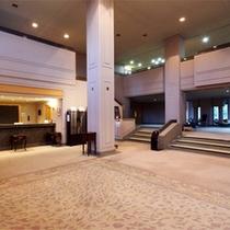 *ロビー/空間が贅沢に使われた館内は優雅な雰囲気。