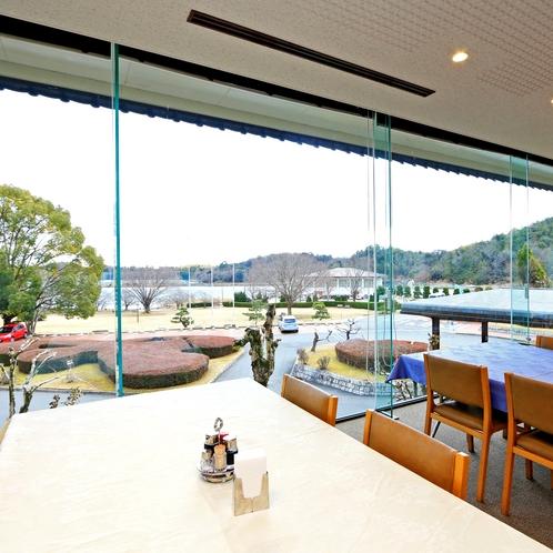 壁一面がガラス張りの開放感あふれるお食事処