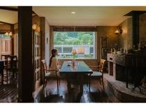 アンティークな家具で統一されたダイニング
